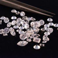 מה ההבדל בין יהלומים אמיתיים לבין יהלומים סינתטיים / מעבדה?
